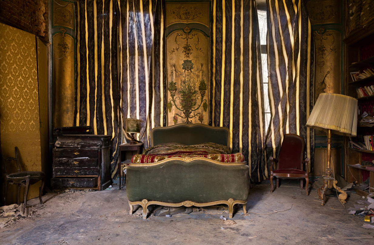 15 Photos Of Abandoned Bedrooms Show Their Dusty Remains ...