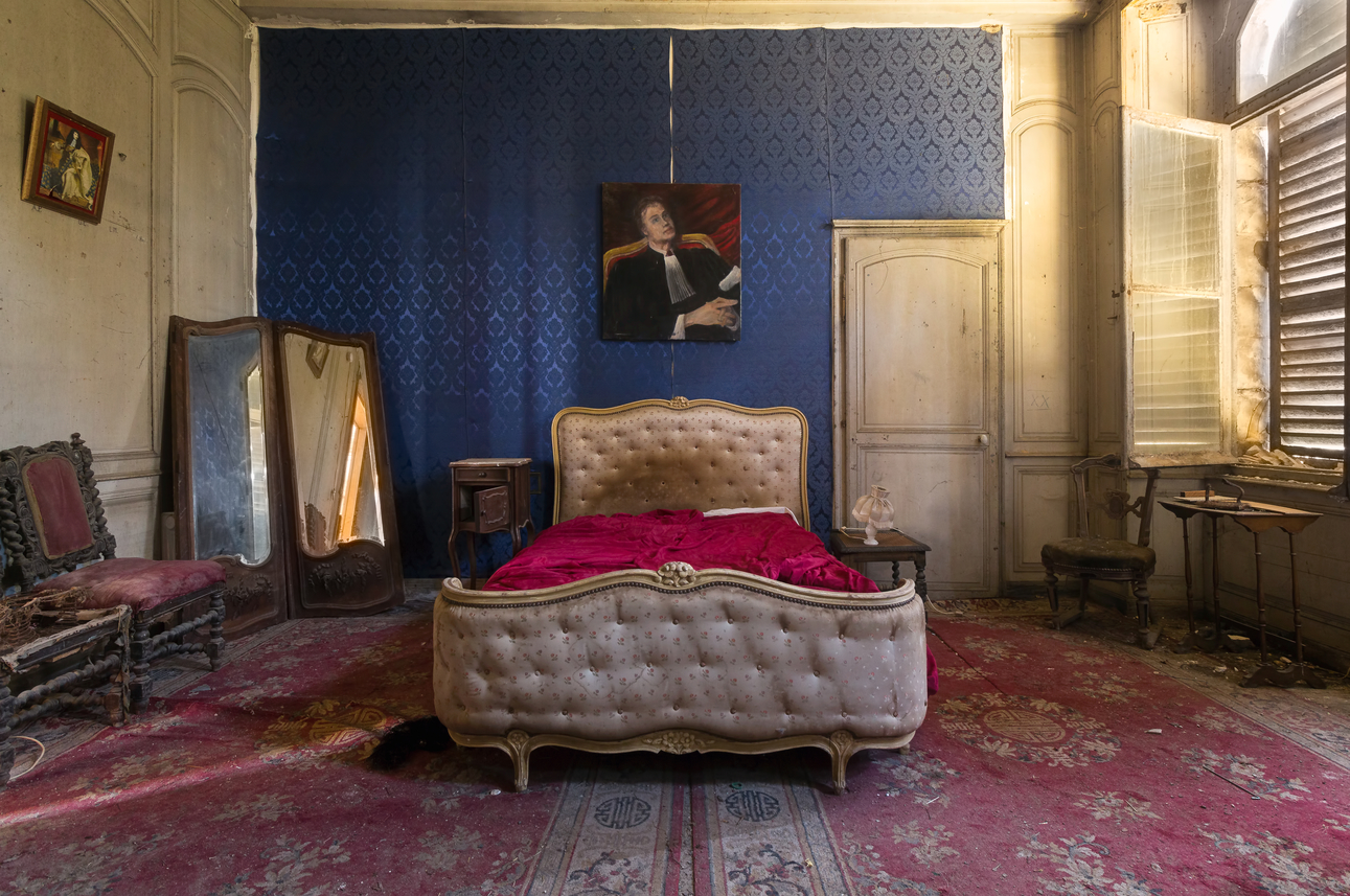 15 Photos Of Abandoned Bedrooms Show Their Dusty Remains