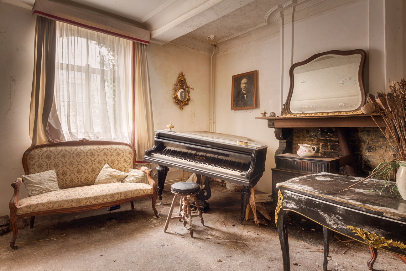 15 Photos Of Abandoned Living Rooms In Decay